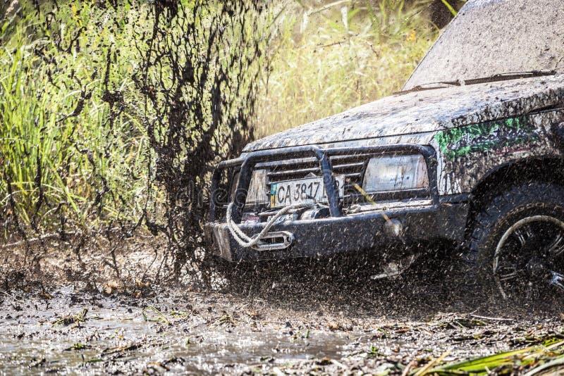 肮脏的越野汽车特写镜头与飞溅泥 图库摄影