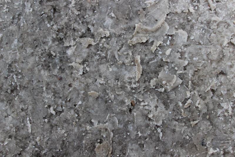 肮脏的雪与在路的雪熔化的化学制品混合了 免版税库存图片
