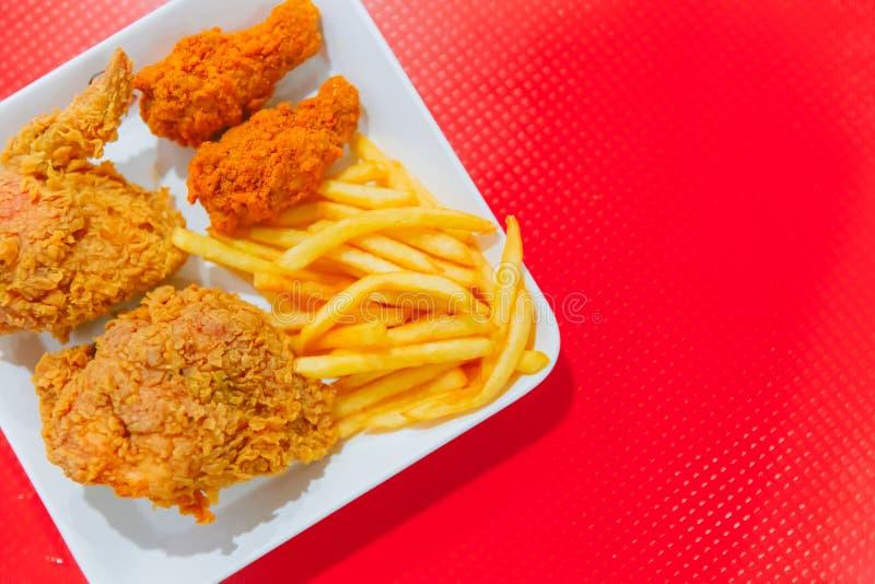 肯塔基样式炸鸡和炸薯条油煎的快餐  库存图片