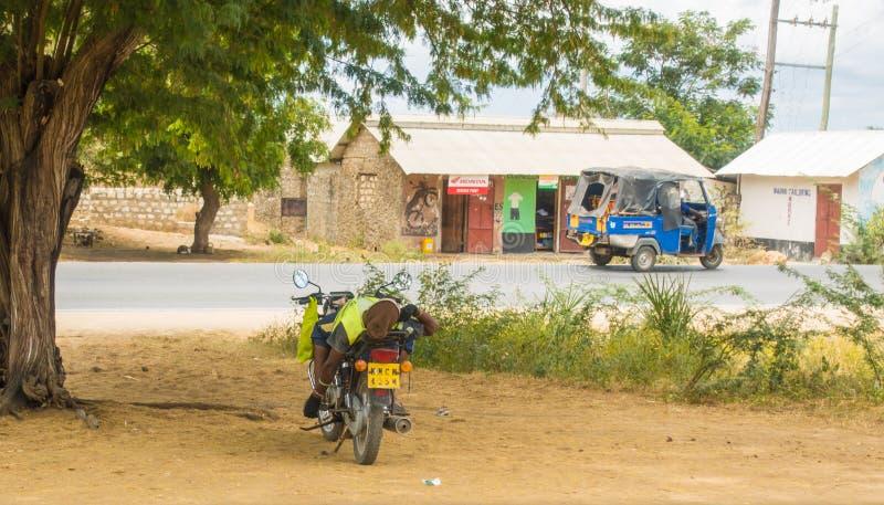 肯尼亚午睡时间摩托车驾驶员 免版税库存图片
