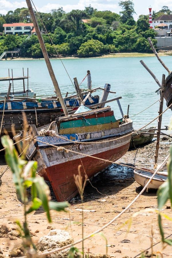 肯尼亚蒙巴萨河岸被捕的锈色船只垂直拍摄 库存照片