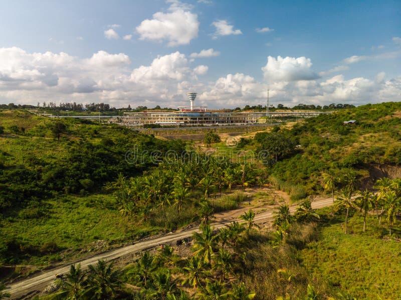 肯尼亚蒙巴萨美丽天空下一条穿越热带森林的公路的高角度拍摄 免版税图库摄影