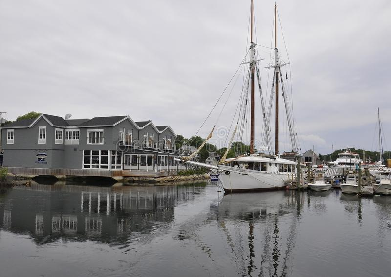 肯纳邦克波特,缅因, 6月30日:帆船在从肯纳邦克波特的港口缅因国家的美国 库存图片