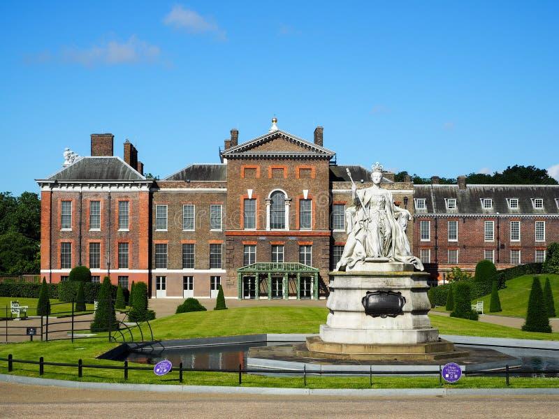 肯辛顿宫殿和女王维多利亚雕象 免版税库存图片