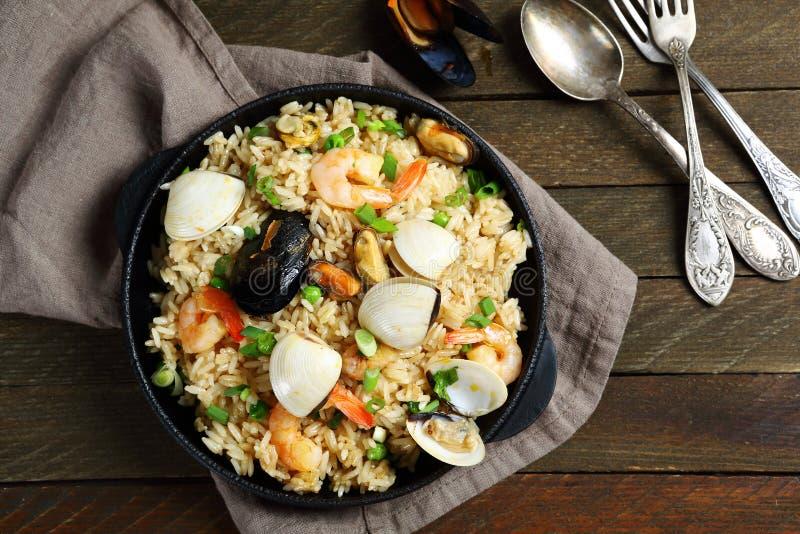养育的肉菜饭用在煎锅的海鲜 免版税库存照片