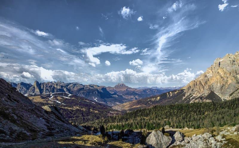 肾上腺皮质激素和科尔瓦拉伊恩巴迪亚谷意大利美好的山景全景  库存照片