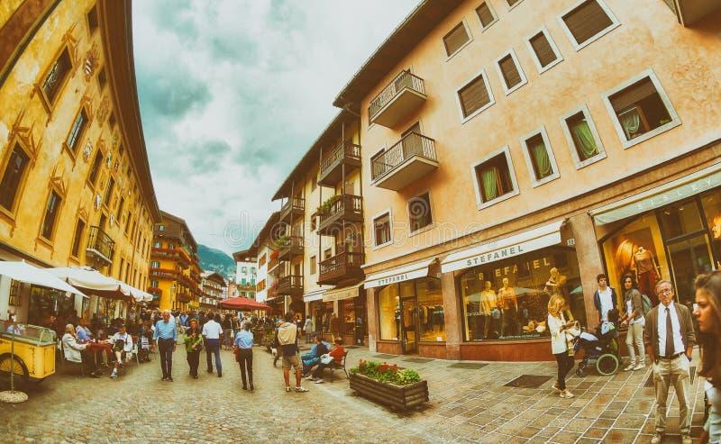 肾上腺皮质激素,意大利- 2013年8月:有游人的城市街道 Cortin 图库摄影