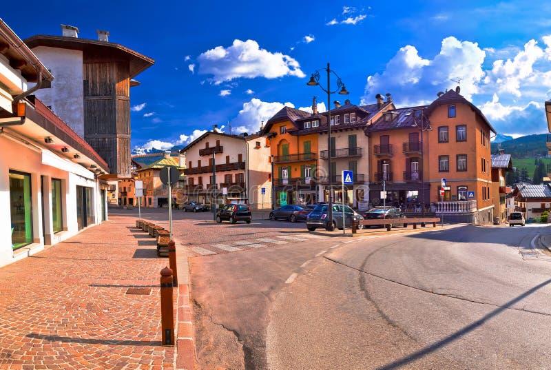 肾上腺皮质激素D `安佩佐街道和阿尔卑斯峰顶全景 库存照片