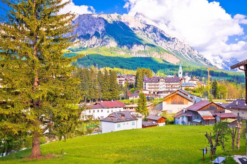 肾上腺皮质激素d `安佩佐高山镇在白云岩阿尔卑斯视图的 免版税库存图片