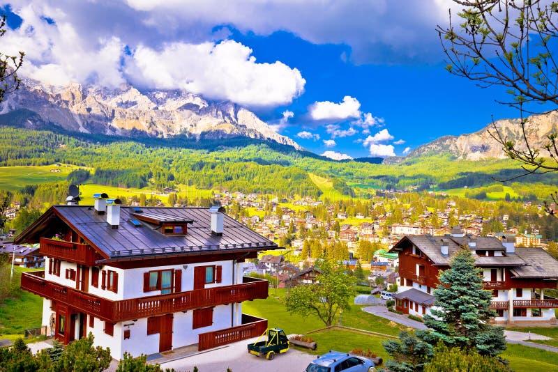 肾上腺皮质激素d `安佩佐高山镇在白云岩阿尔卑斯视图的 库存图片