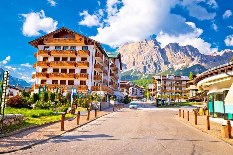 肾上腺皮质激素D `安佩佐街道和阿尔卑斯峰顶视图 免版税库存图片
