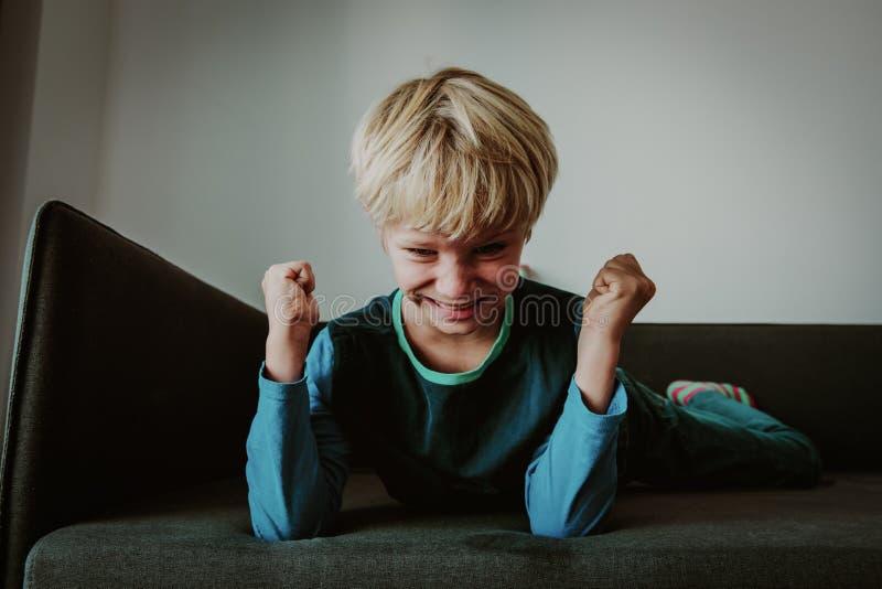 胁迫积极的恼怒的冲突男孩的重音,准备战斗 免版税图库摄影