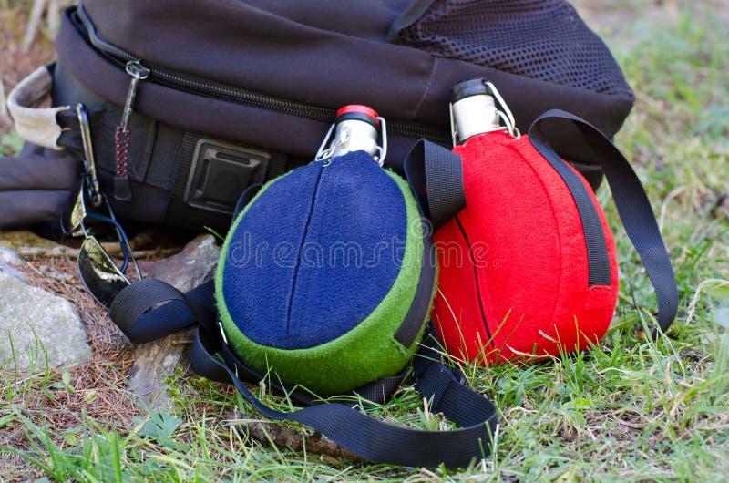 背包和基于地面的水瓶 免版税库存照片