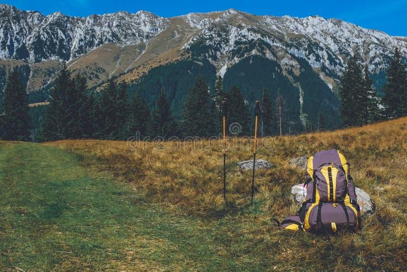 背包和拐杖在山行迹 免版税库存图片