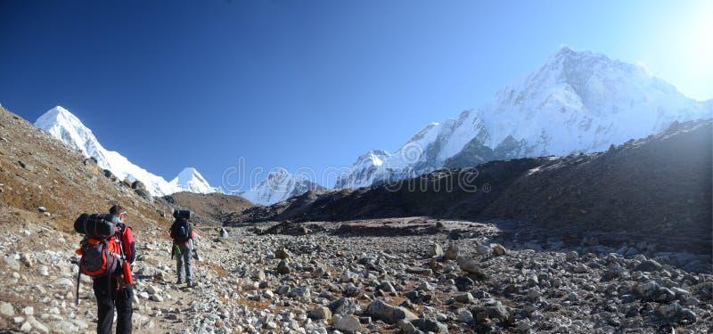 Download 背包徒步旅行者喜马拉雅山 编辑类图片. 图片 包括有 风景, 高涨, 盐水湖, 多雪, 喜马拉雅山, 聚会所 - 22358290
