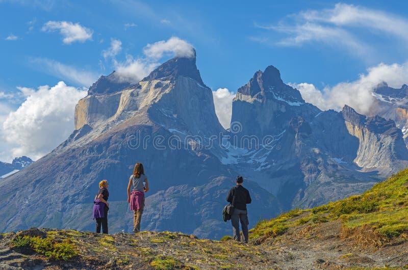 背包徒步旅行者在托里斯del潘恩,巴塔哥尼亚,智利 库存照片
