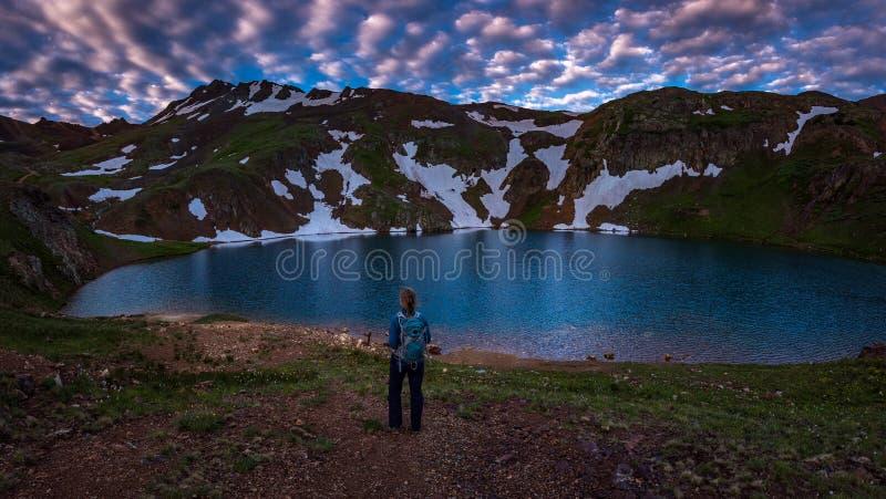 背包徒步旅行者女孩看科莫湖科罗拉多美国 免版税图库摄影