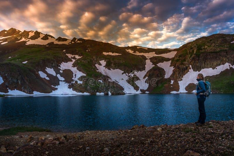 背包徒步旅行者女孩看科莫湖科罗拉多美国 免版税库存照片