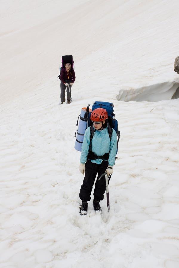 Download 背包徒步旅行者女孩雪二 库存照片. 图片 包括有 节假日, beautifuler, 放松, 人们, 高涨 - 15675968