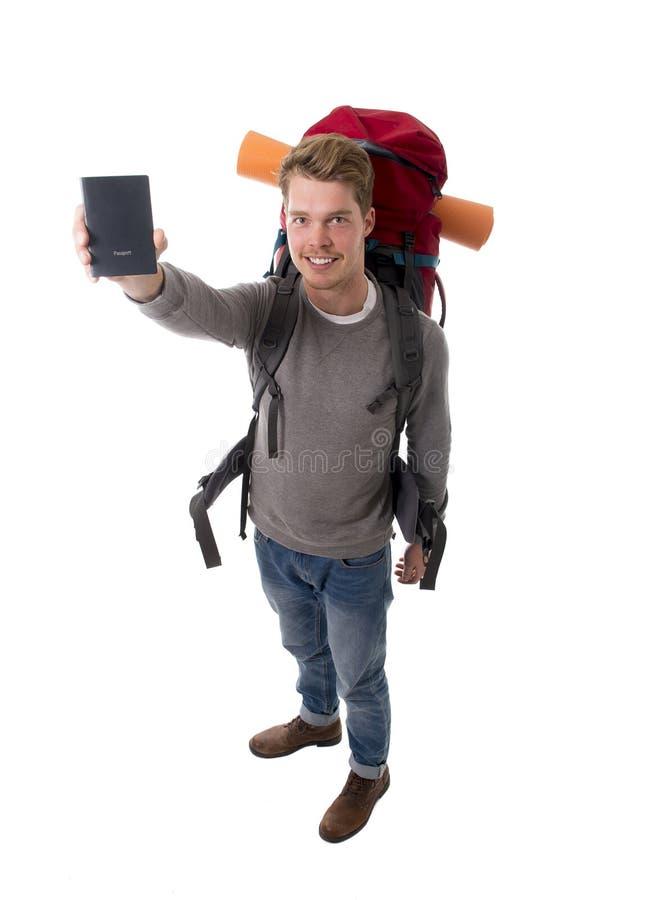 年轻背包徒步旅行者旅游举行的护照运载的背包准备好旅行 免版税图库摄影