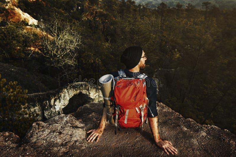 背包徒步旅行者野营的迁徙的旅行癖休闲概念 免版税库存图片