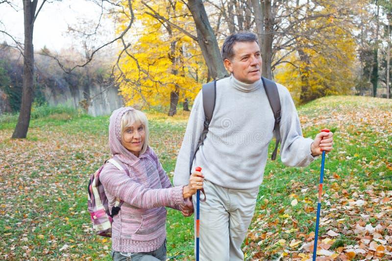 背包徒步旅行者结合远足 库存图片