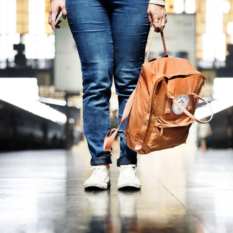 背包徒步旅行者离开旅行癖旅行旅行概念 免版税库存图片