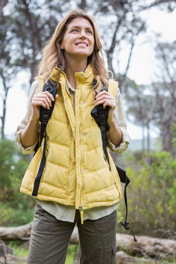 背包微笑的妇女 库存图片