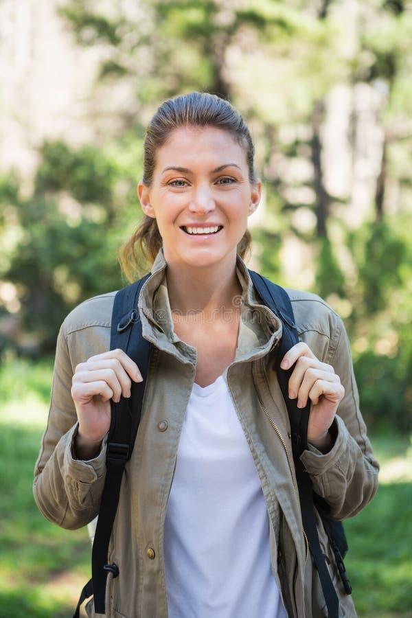 背包微笑的妇女 免版税库存图片