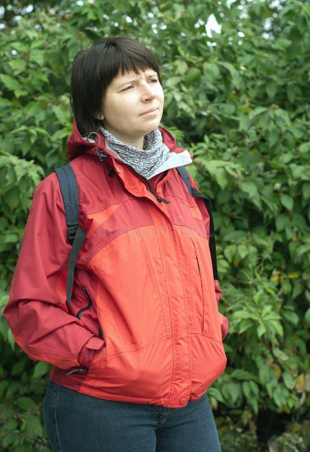 背包燃烧物穿戴的红色妇女年轻人 免版税图库摄影