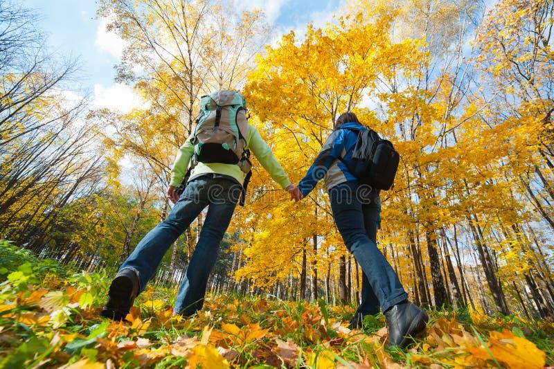 背包耦合愉快的公园年轻人 免版税库存图片