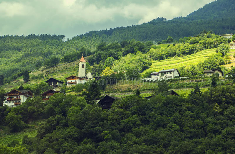 背景一个小高山村庄的风景视图在蒂罗尔 库存照片