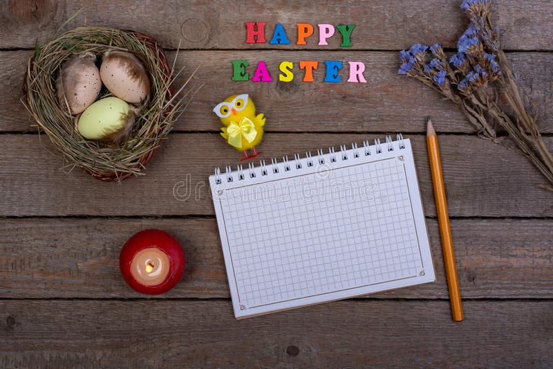 背景上色了复活节彩蛋eps8格式红色郁金香向量 多彩多姿的木信件'复活节快乐的'题字 库存照片