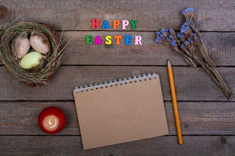 背景上色了复活节彩蛋eps8格式红色郁金香向量 多彩多姿的木信件'复活节快乐的'题字 库存图片