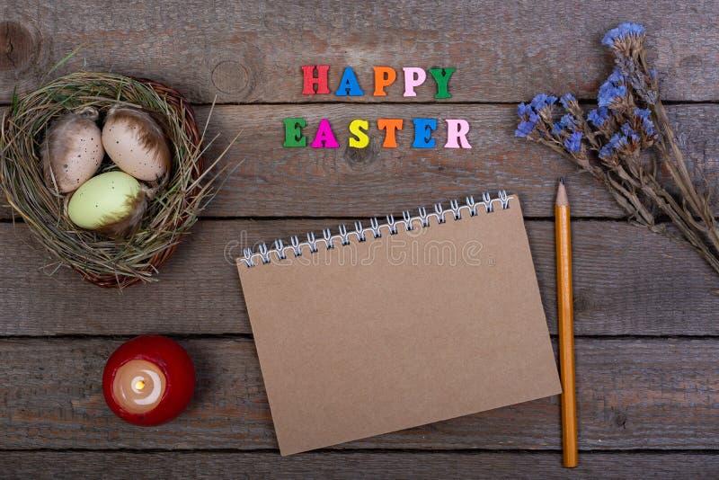 背景上色了复活节彩蛋eps8格式红色郁金香向量 多彩多姿的木信件'复活节快乐的'题字 图库摄影