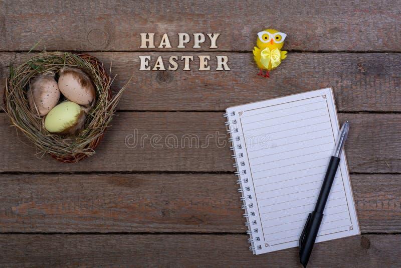 背景上色了复活节彩蛋eps8格式红色郁金香向量 木信件'复活节快乐的'题字 库存照片