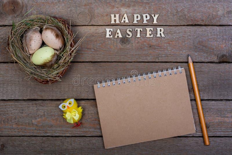 背景上色了复活节彩蛋eps8格式红色郁金香向量 木信件'复活节快乐的'题字 图库摄影