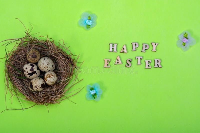 背景上色了复活节彩蛋eps8格式红色郁金香向量 木信件'复活节快乐的'题字 免版税库存图片