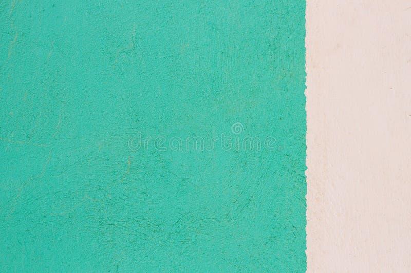 背景上色二墙壁 绿色和白色难看的东西结构膏药纹理背景 免版税库存照片