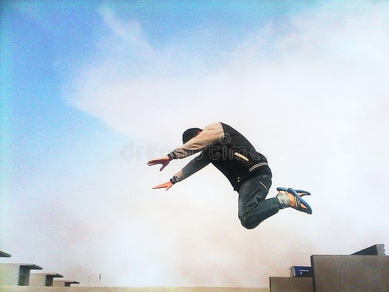 背景下来落的飞行人天空年轻人 图库摄影