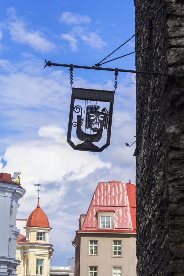 背景与恼怒的冥想的都市风景标志在塔林 库存照片