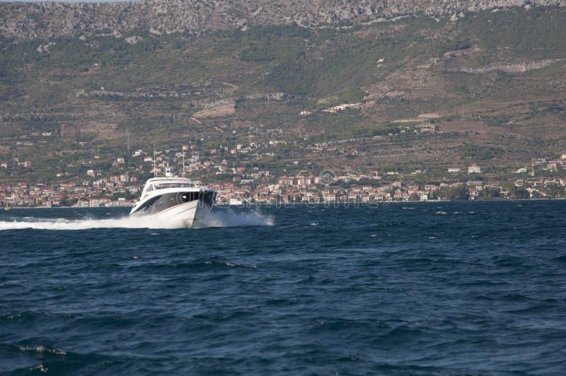 背景中地中海城市的摩托艇 图库摄影