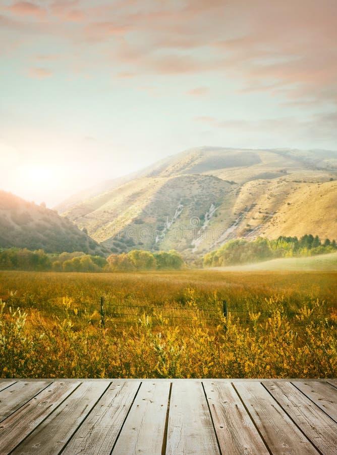 背景中山的木桌 免版税库存图片