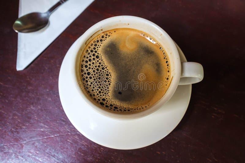 背景中断咖啡新月形面包杯子甜点 库存图片