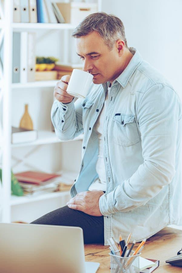 背景中断咖啡新月形面包杯子甜点 库存照片