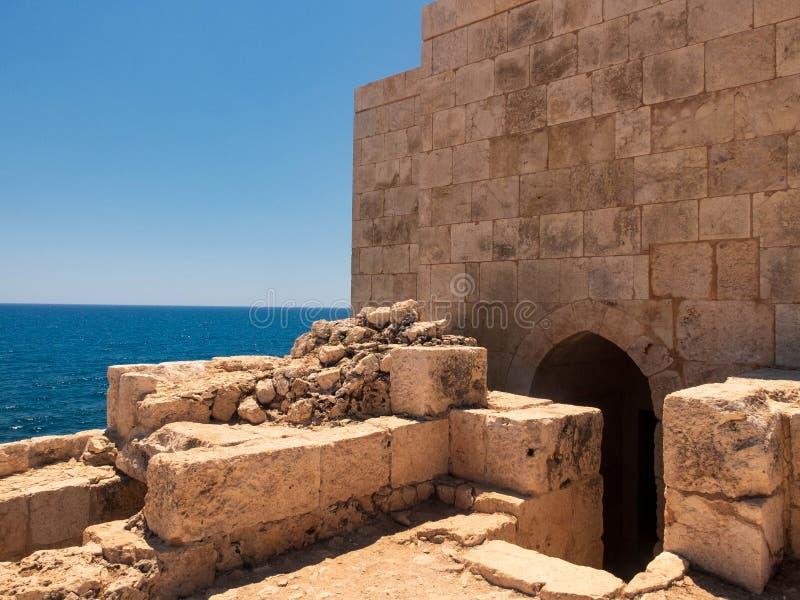 背景中的古堡墙和地中海 吉斯卡莱西,土耳其梅尔辛省 免版税库存照片