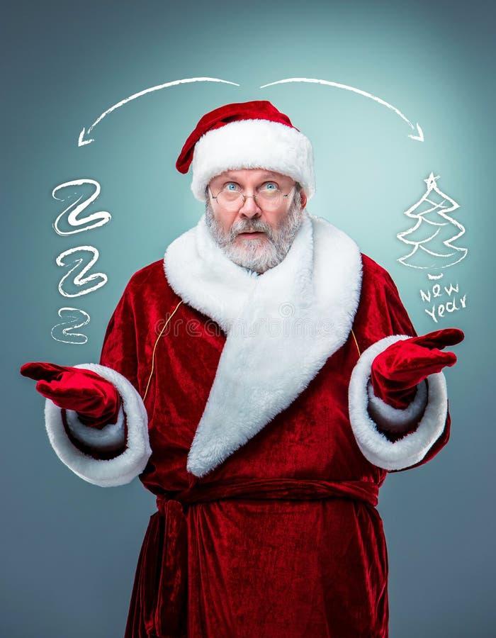 背景克劳斯查出圣诞老人惊奇的白色 库存照片