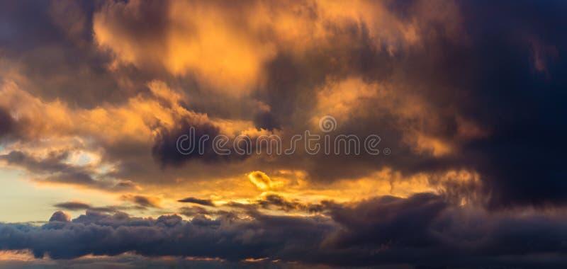 背景全景黑暗的剧烈的云彩 图库摄影