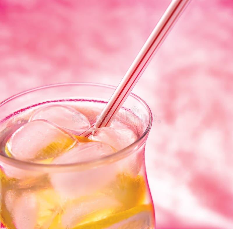 背景冷新柠檬水粉红色 免版税库存照片