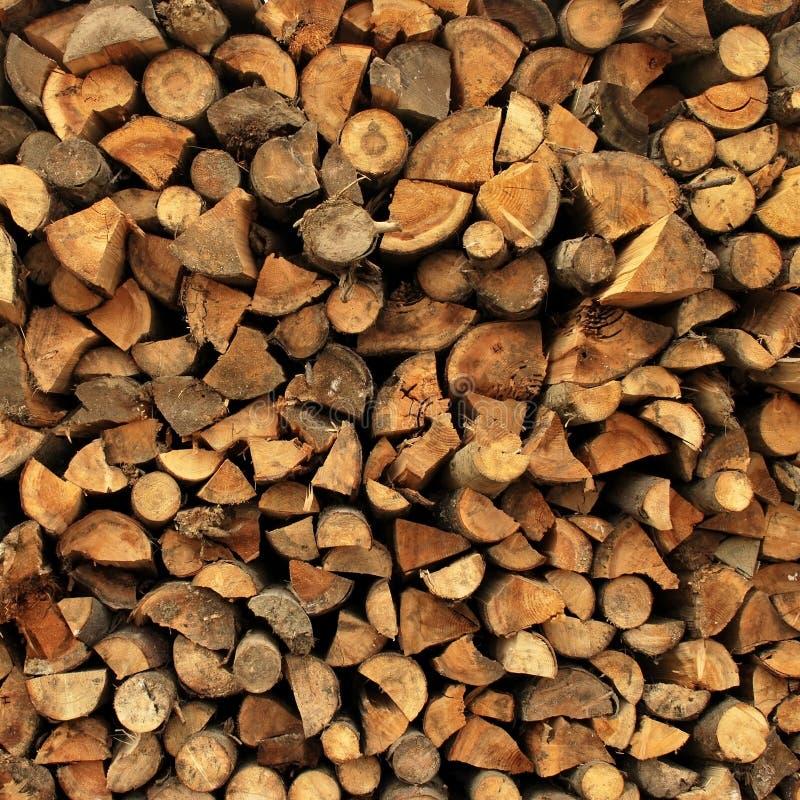 背景加起的切好的干燥木柴日志 免版税库存照片